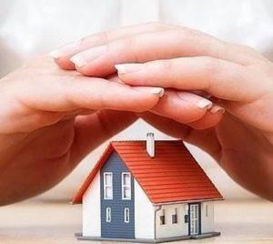 mãos protegendo casa
